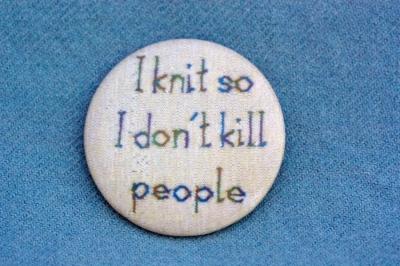 """Anstecker """"I knit so I don't kill people"""""""